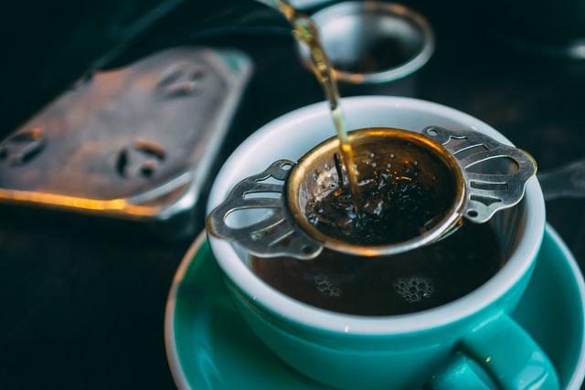 kopje losse thee zetten